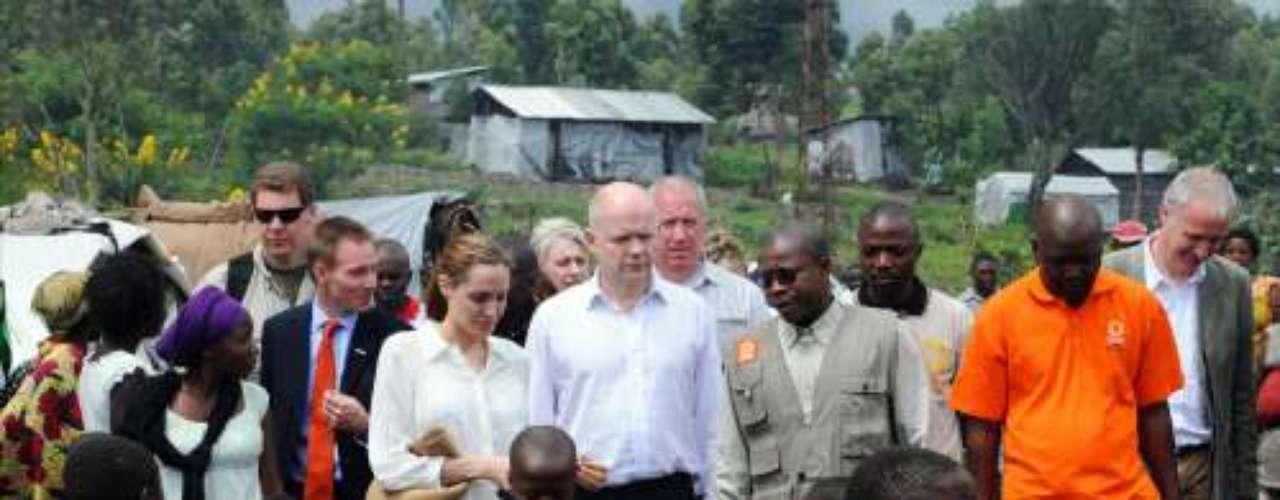 La actriz Angelina Joliejunto al ministro de Relaciones Exteriores Británico, William Hague