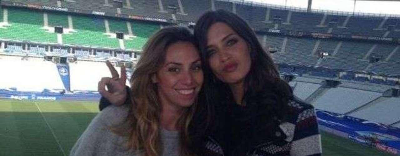 La periodista que trabaja para el equipo de Deportes de Telecinco viajó hasta París para comentar el partido. Mientras Casillas disfrutó desde las gradas, Sara analizó cadamovimiento de la selección.