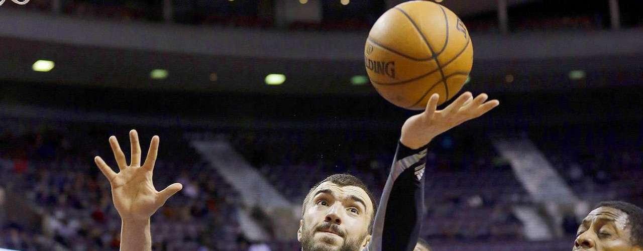Timberwolves vs. Pistons:Nikola Pekovic (14) gana un rebote aBrandon Knight (7).