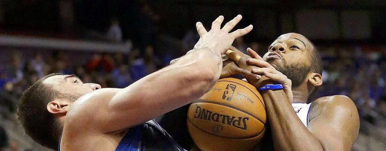Timberwolves vs. Pistons:Nikola Pekovic disputa la posesión del balón conGreg Monroe.
