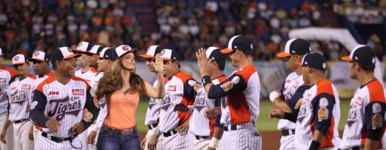 Ana Bárbara iluminó con su belleza el partido entre Los Tigres de Quintana Roo y Los Diablos Rojos, en el cual tuvo el honor de cantar las notas del Himno Nacional de su país natal.