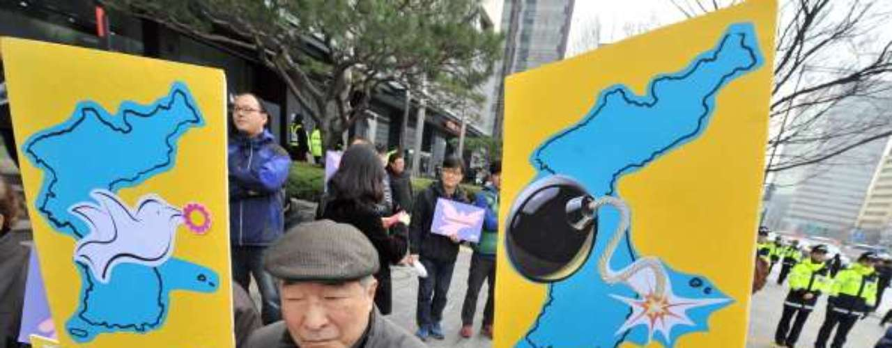 """Ante la situación de tensión imperante en las últimas semanas, China llamó a la calma a las partes implicadas en el conflicto. La comunidad internacional también invocó a la contención, instó a Pyongyang a no """"jugar con fuego"""" y le pidió que """"evite errores de cálculo""""."""