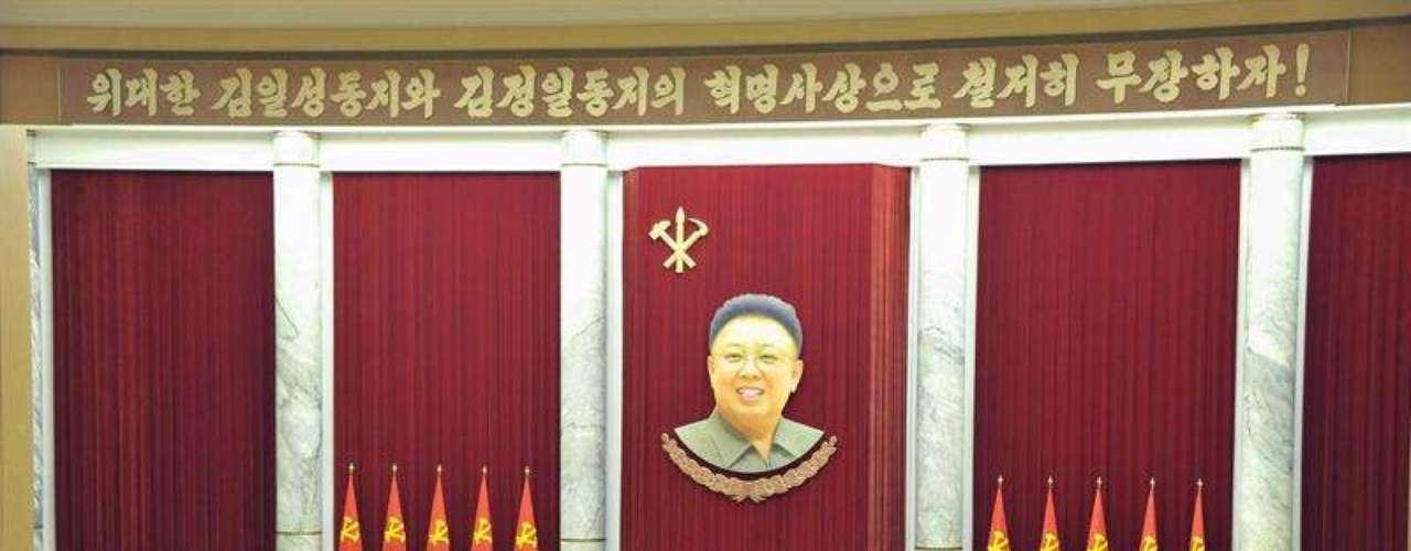 Desde Kim Il Sung, todos los dirigentes de Corea del Norte han pertenecido a unadinastía hereditaria cuya obsesión esla guerra. El último es Kim Jong Un. La propaganda de su gobierno trata de ocultar, con este ambiente bélico, las malas condiciones económicas de la población, señalan medios internacionales.