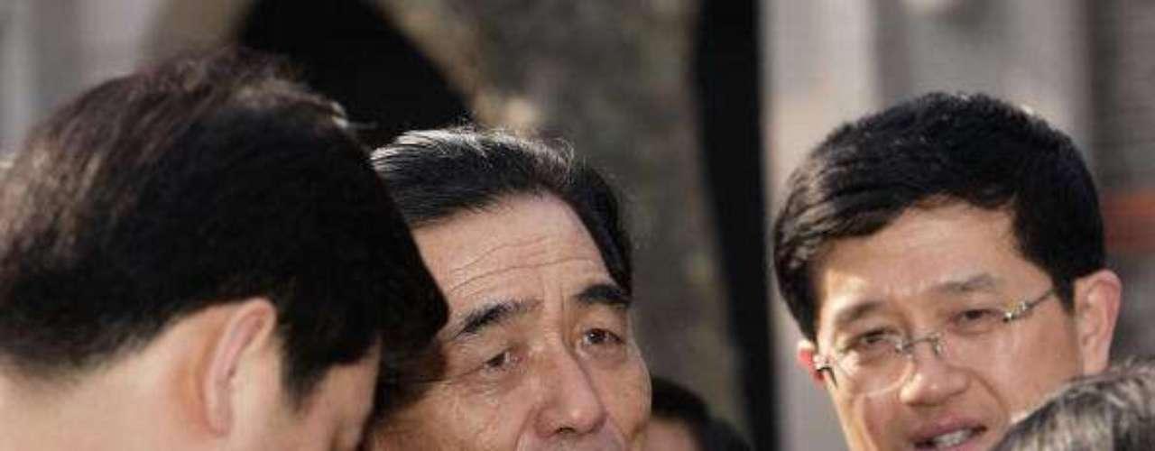 Corea del Norte anunció hoyel nombramiento de un nuevo primer ministro, el experto económico Pak Pong-Ju, un cambio que fue confirmado por el Parlamento. Pak, de 74 años, juró su cargo en el curso de la sesión anual del Parlamento, y reemplaza a Choe Yonq Rim. (Fuente: Agencias).