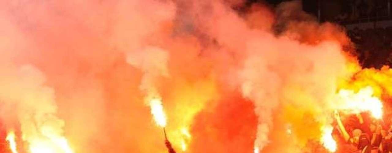 El infierno se hace sentir en todo momento, y auqnue su equipo se vea en desventaja, las barras apoyan al Galatasaray.