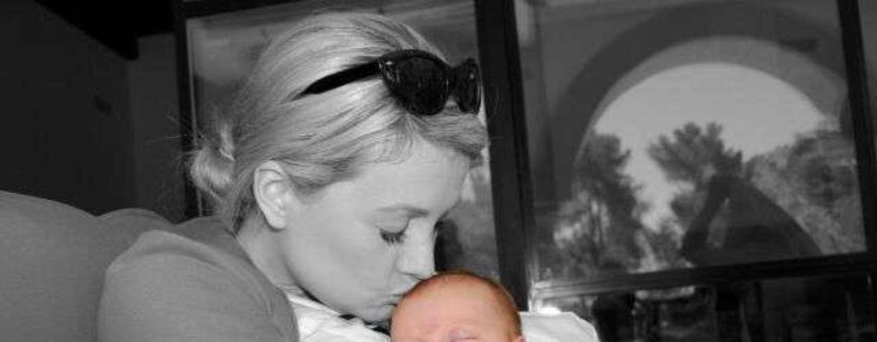 La ex conejita de Playboy Holly Madison ahora más bella y feliz en su rol de mamá con su 'mini bunny'.