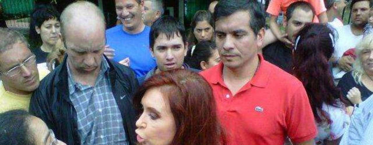 La presidenta Cristina Fernández de Kirchner decretó este miércoles tres días de duelo por las trágicas inundaciones registradas en la Ciudad de Buenos Aires, La Plata y el Conubarno bonaerense.