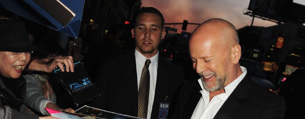 El ser zurdo no ha sido impedimento para que el actor Bruce Willis desempeñe con credibilidad sus personajes de héroe de acción en la pantalla grande.