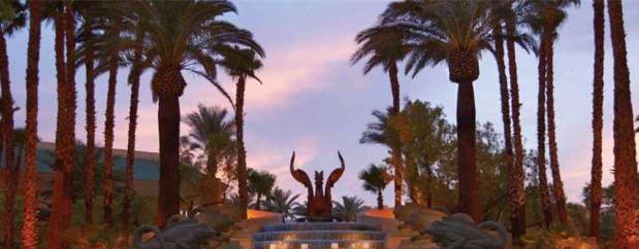 La tranquila piscina del Four Seasons Hotel Las Vegas transporta a los huéspedes a otro mundo. Ubicada dentro de los exuberantes jardines del hotel, el área cuenta con una piscina al aire libre, dos tinas e hidromasaje y divanes para descansar a la sombra.