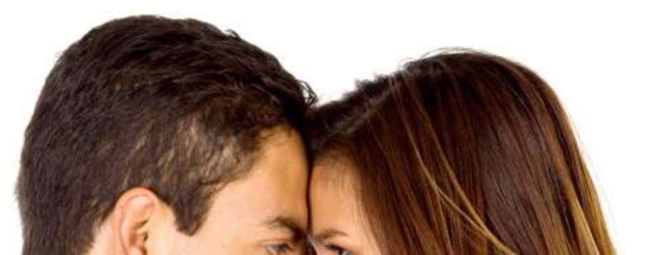 RAZONES PSICOLÓGICAS. En las últimas décadas se han hecho muchos estudios sobre las relaciones de pareja. Varios notables psicólogos han manifestado la sospecha de que los hombres resisten en lo íntimo la nueva imagen femenina, por no haber aceptado la igualdad que plantea la mujer con el buen grado que se suponía, y que su atávico sentido de superioridad se vuelve contra la que lo amenaza, adoptando la forma de aislamiento, de alejamiento emocional.