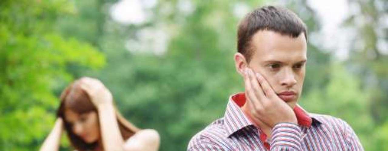 Presta una atención mínima a sus hijos, habla de la casa generalmente para quejarse y las relaciones íntimas con su esposa van haciéndose más y más distanciadas, hasta que cesan del todo.