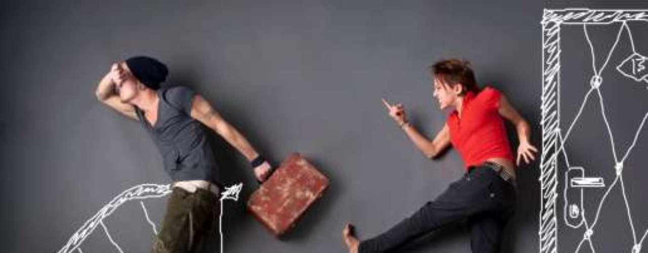 Puede ser un alejamiento físico, real, tangible, cuando un día hace maletas, se va y no vuelve nunca.