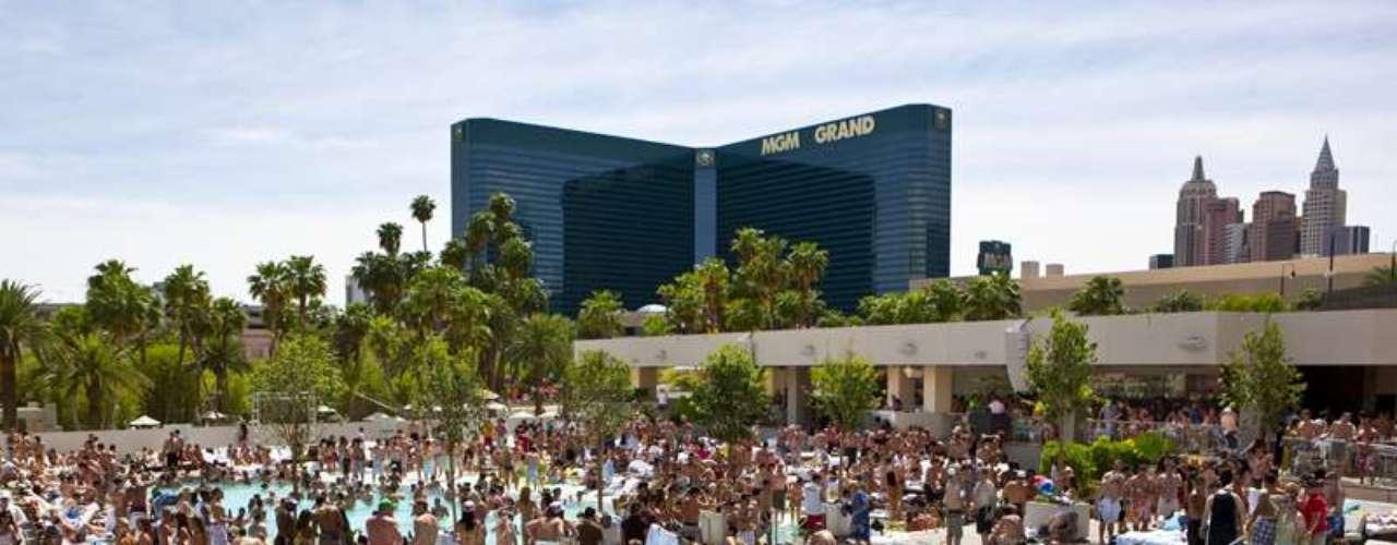 Para hacer girar las tornamesas bajo el sol en los clubs de día más lujosos, lánzate al Wet Republic en el MGM Grand Hotel & Casino, al Liquid Day Club & Lounge en el Aria Resort & Casino y al Tao Beach en The Venetian Las Vegas.