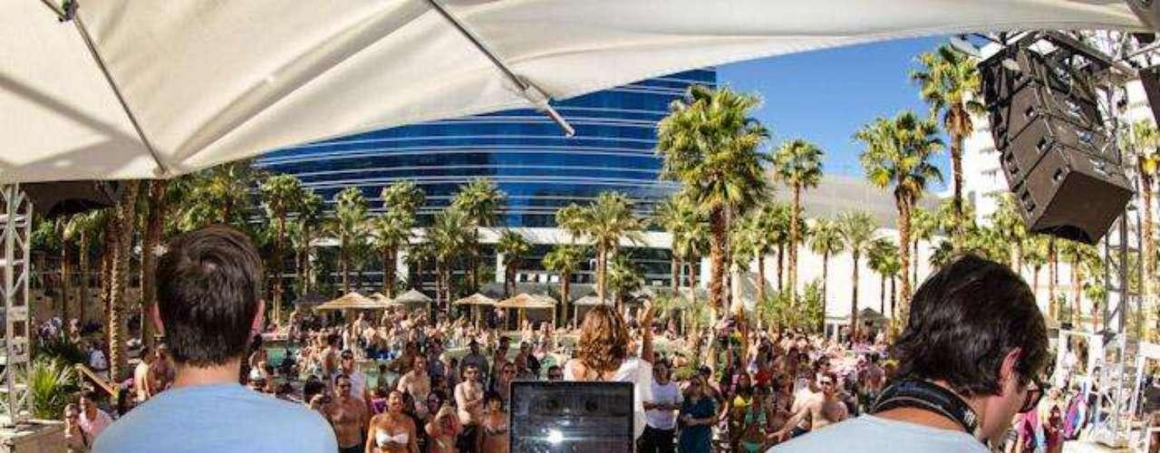 Famoso por ser el primer club de día de Las Vegas, Rehab en el Hard Rock Hotel celebra este año su décimo aniversario a partir del 19 de abril. Los Rehab Sundays siguen siendo de las fiestas más excitantes en el Strip con sus cabañas y animada música.