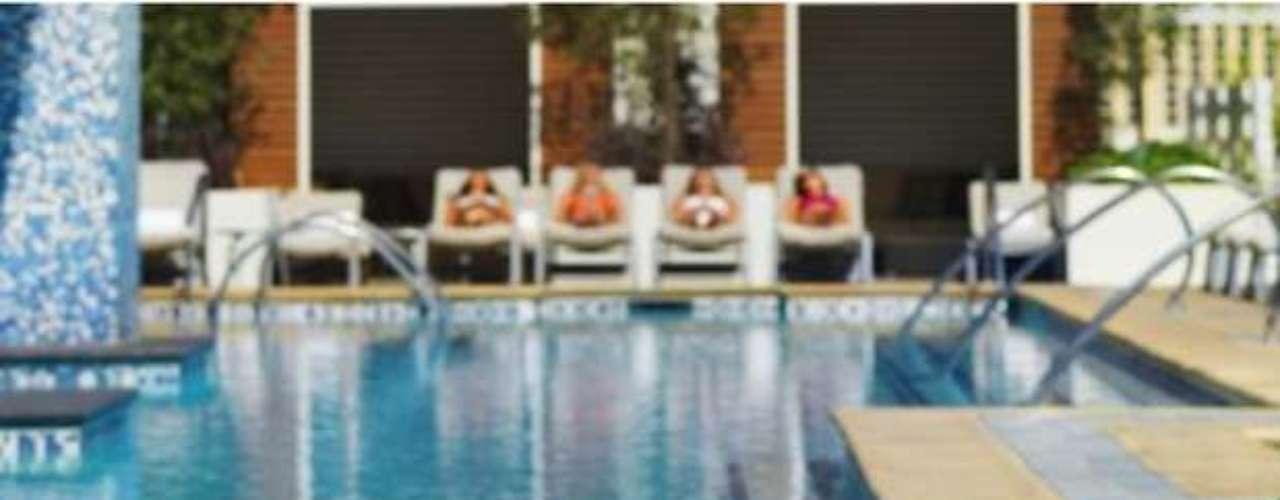 Palms Pool en el Palms Casino Resort ya está listo para la fiesta de piscina máxima Ditch Fridays. Los huéspedes pueden relajarse con los cocteles característicos del lugar y divertirse con amigos  y familia en lujosas cabañas o sofá camas privadas.