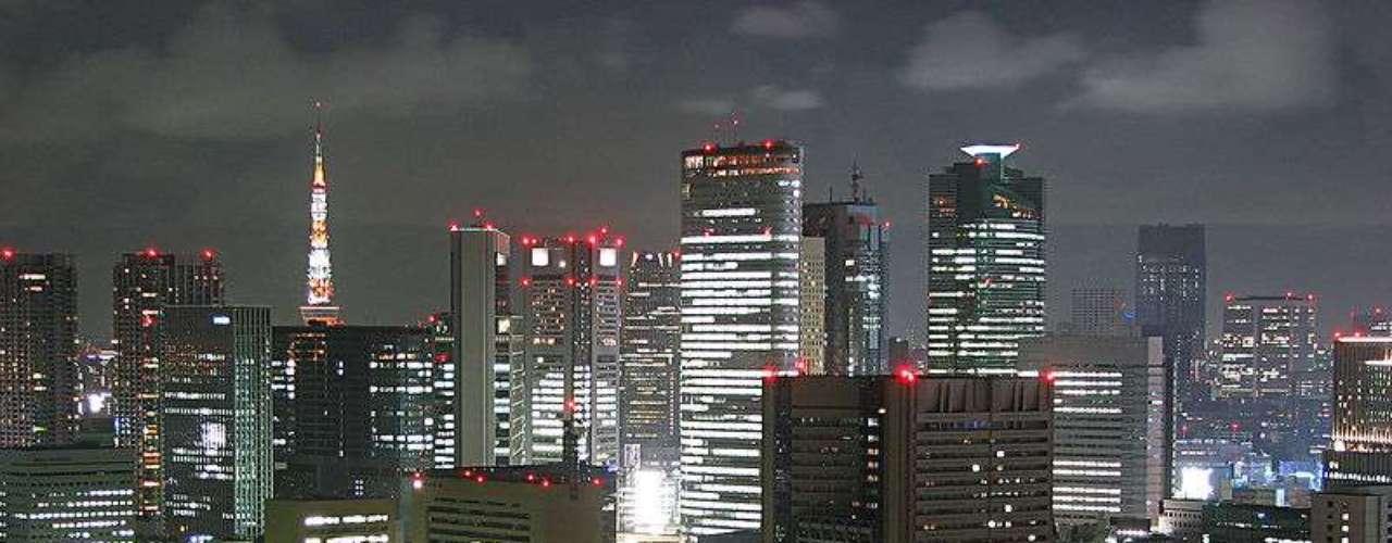 De acuerdo a varios sitios de internet, TOKIO, Japón, encabeza la lista con una población de 37, 126, 000 habitantes, siendo la mayor aglomeración urbana del mundo.