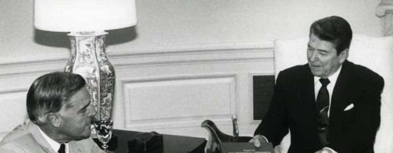Tampoco acertó porque debía viajar a Colombia. De hecho, Bolivia no se encontraba en ninguna de las escalas de aquél viaje del mandatario estadounidense, del que se dice que la geografía no era su fuerte. Volvió a meter la pata en 1984 cuando anunció, en tono de broma, la inminencia de un bombardeo contra la Unión Soviética mientras estaba efectuando una prueba de voz, antes de pronunciar su discurso radiofónico semanal.
