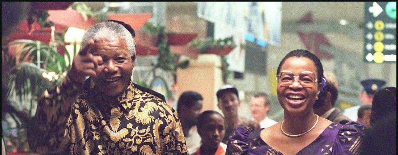10. Boda a los 80: Tras divorciarse de Winnie Mandela, en 1996, el político, a los 80 años, contrajo matrimonio por tercera vez, en 1998, con la mozambiqueña Graça Machel, viuda del expresidente de Mozambique, Samora Machel. \