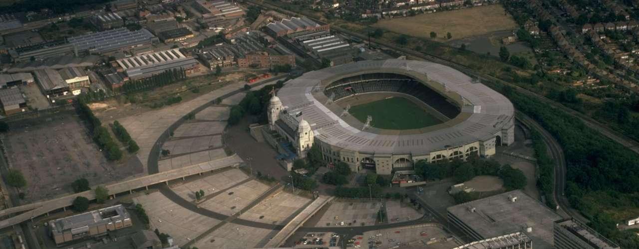 3. Presión mundial: La presión internacional para que Mandela fuera liberado llegó al ápice en 1988 cuando miles de personas llenaron el estadio de Wembley para conmemorar el 70º cumpleaños de Mandela y luchar contra el apartheid. El evento fue transmitido para millones de telespectadores. El apoyo del pueblo contribuyó a la liberación del líder por las autoridades dos años después.