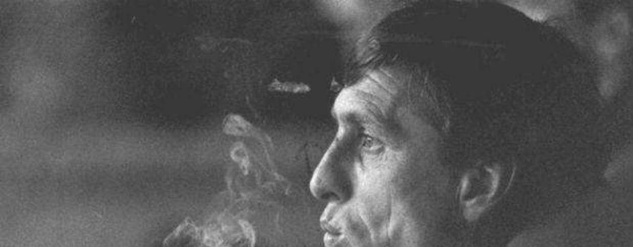 Uno de los mejores entrenadores y jugadores en la historia del fútbol, el holandés Johan Cruyff, también cayó en su momento en el vicio del cigarrillo, y también empezó a fumar desde que era futbolista.