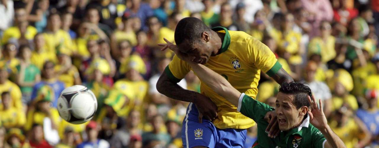 Anderson (L) of Brazil fights for the ball against Bolivia's Edivaldo during a international friendly soccer match.