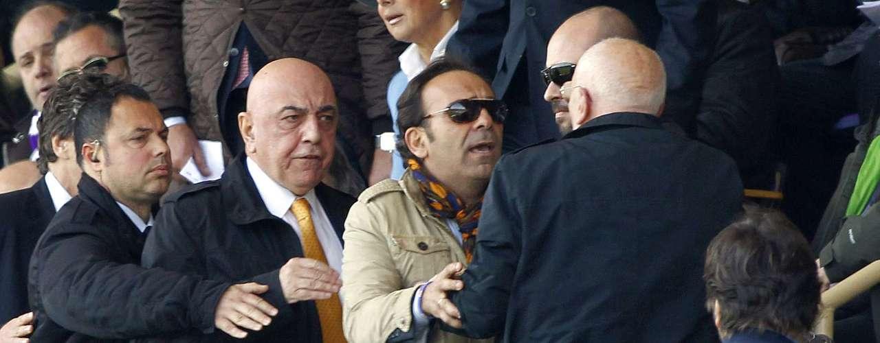 Adriano Galliani, vicepresidente del Milan, es insultado por aficionados de la Fiorentina en la tribuna.