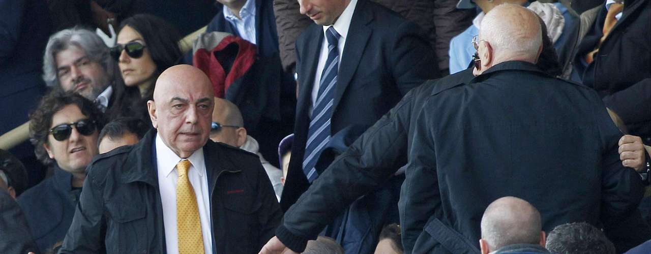 Galliani tuvo que ser protegido por sus guardaespaldas ante el abuso de los fanáticos.
