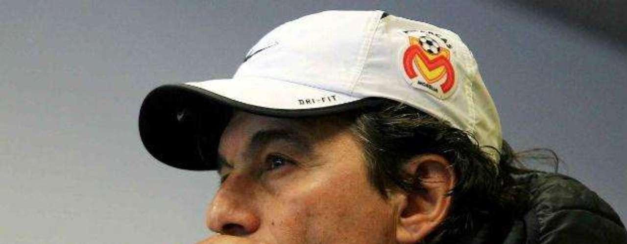 En México, el argentino Rubén Omar Romano es uno de los técnicos fumadores más famosos. Desde hace más de 15 años trabajando como estratega, su cajetilla de cigarros nunca le falta en un campo de juego, aunque esta práctica está prohibida en las canchas desde 2008.
