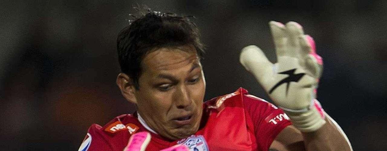 Javier Cortés cobró un tiro libre a la olla, el balón botó, nadie lo tocó y se le fue en medio de las piernas a Rodolfo Cota, en una jugada que le costó el partido a los Tuzos, que cayeron 2-1 ante Pumas.