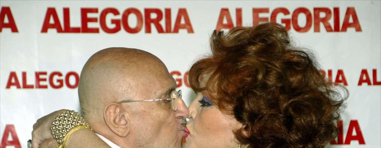 A Sara Montiel y Tony Leblanc les unía una fuerte amistad. Se besaron de esta manera en el 75º cumpleaños del actor.