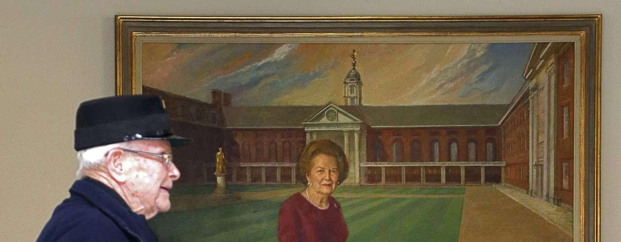 Una persona pasa por delante de un retrato de la ex ministra británica, Margaret Thatcher, en el hospital de Chelsea de Londres