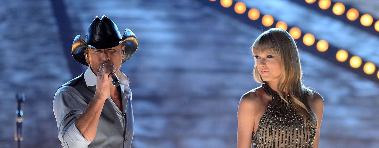 Take a look at Taylor Swift, the ACMAs most beautiful loser, as she elegantly arrives at the award show and has incredible chemistry with Keith Urban and Time McGraw on stage.