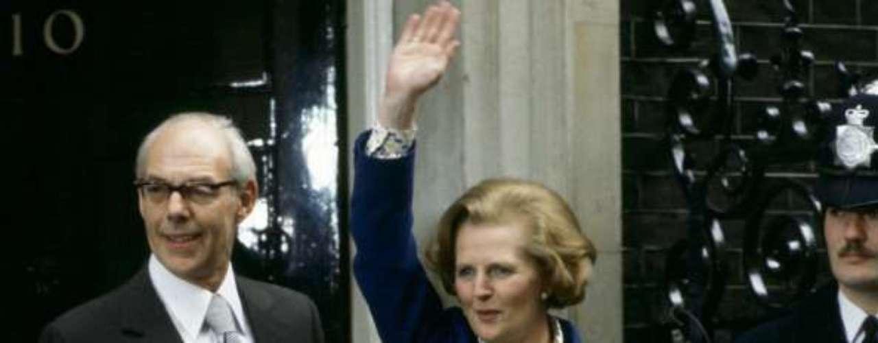 Ese mismo año gana los comiciones y pasa a ser la primera ministra británica. En la foto, a su llegada alNúmero 10 de Downing Street. A partir de aquí su peinado adoptó su característica forma.