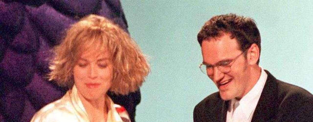 En 1995 los colores no eran tan lanzados ni vivos. El aclamado director Quientin Tarantino se reía en el 'stage' tal vez de ver lo purupurita de la figura.
