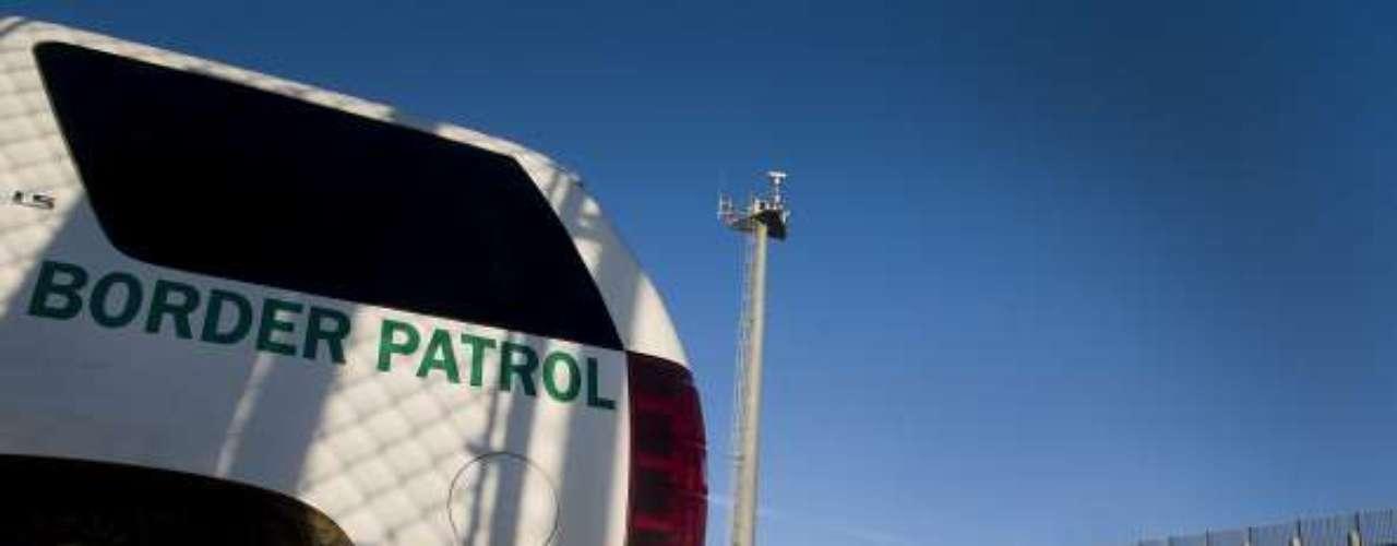 El patrullero fronterizo detiene el coche en la cima de una colina, del lado estadounidense, y señala hacia un barrio popular de la ciudad mexicana de Tijuana, separada de California por un muro en el que, según activistas, murieron10.000 personas.