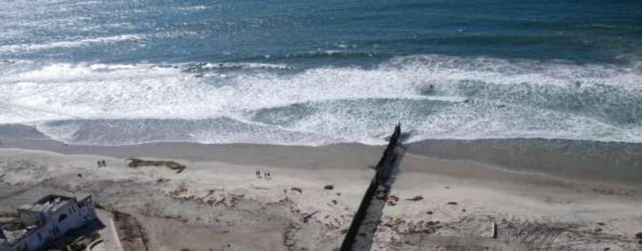 Actualmente, la valla o muro parte desde la costa y se mete 74 Km hacia el este en el área de San Diego. En total, cerca de dos tercios de los 3.200 Km de frontera que comparten Estados Unidos y México, están cercados.