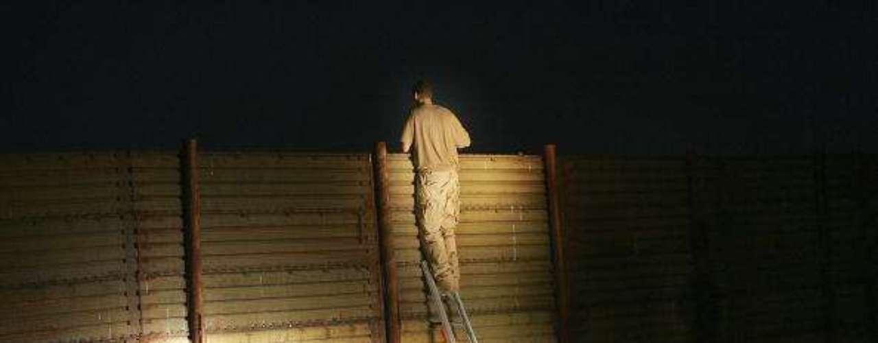 Para no perderse en una caminata de varios días y bajo condiciones extremas, los inmigrantes pagan miles de dólares a los traficantes de personas, conocidos como \
