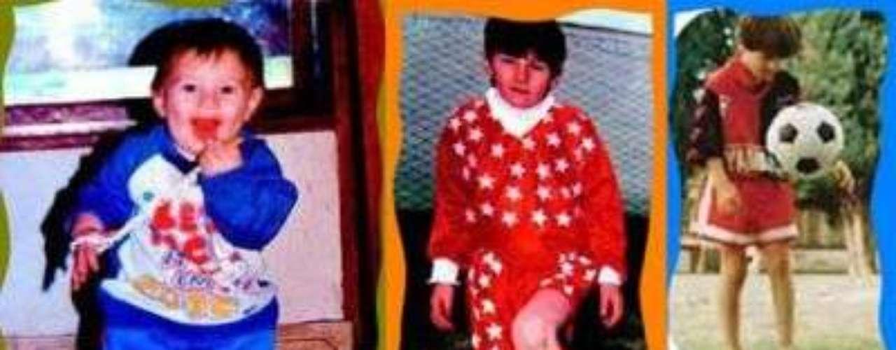 BEBÉ FUTBOLISTA. Salvador Ricardo Aparicio tenía 62 años y dirigía las categorías más chicas de Abanderado Grandoli, el club que quedaba a unas cuadras de la casa los Messi. Un día le faltaba un jugador para completar el equipo de la categoría 1986, miró a la tribuna y vio a Lionel, de cuatro años, rebotar la pelota contra una pared. El pequeño estaba resguardado por su mamá y abuela, quienes dudaron ante el pedido del técnico de dejarlo entrar a la cancha: \