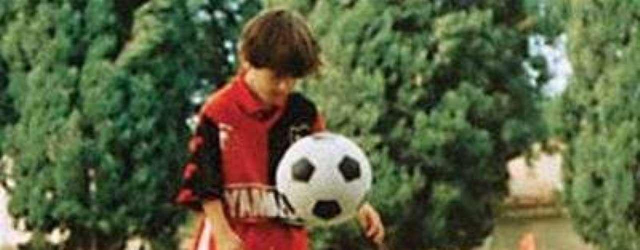 TAJANTE. Toda la familia iba a ver a Lionel jugar en Grandoli, pero un día el papá Jorge Messi no pudo pagar la entrada, no lo dejaron pasar y fue la última vez que 'La Pulga' jugó para ellos. Después, a los siete años, llegó a las inferiores de Newells Old Boys, donde estuvo seis años, era el club del cual siempre fue aficionado. Años más tarde, Lionel recordó su evolución desde la tierra: \