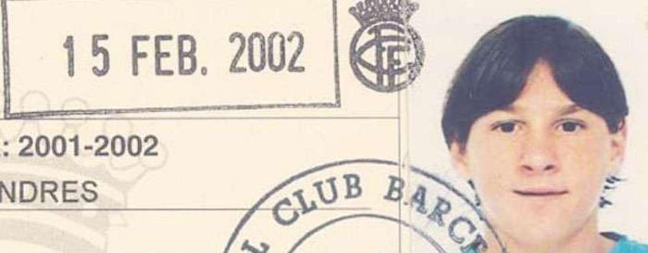 SERVILLETA. El presidente Joan Gaspart y el director deportivo Carles Rexach de Barcelona no estaban convencidos de su contratación porque implicaba el traslado de toda la familia a España. Pero Lionel fue la gran figura de un partido de Infantil A (cuando a él le correspondía Infantil B), así que se llevaron a Jorge Messi a una cafetería y le escribieron en una servilleta: \