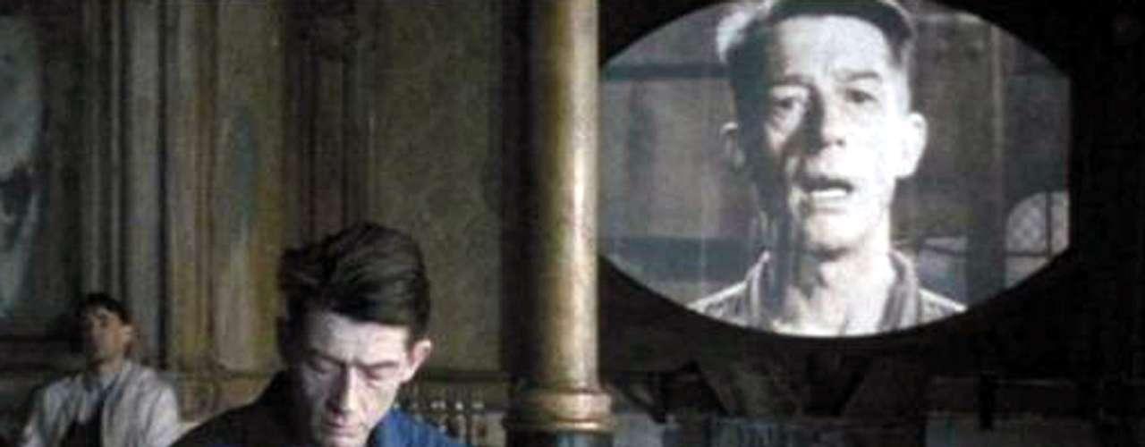 La segunda versión de '1984' (1984), adaptada de la novela de George Orwell se alejó del ambiente futurista que predominaba en la versión de 1956 y que le pusó los pelos de punta al autor. En el filme, el gobierno autoritario del Gran Hermano domina una de las tres regiones en las que se ha dividido el planeta y que, supuestamente, siempre están en guerra. Controlados hasta la náusea, los humanos que osan escapar al régimen, se enfrentan a las devastadoras consecuencias de sus acciones como bien aprende el personaje principal interpretado por John Hurt.