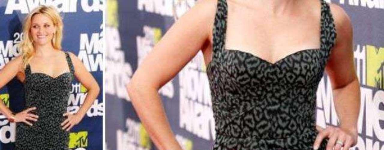 2011 - Reese Witherspoon. La actriz que recibió un premio especial por su carrera en la pantalla grande, lució espectacular enfundada en un traje corto, caracterizado por su estampado sutil.