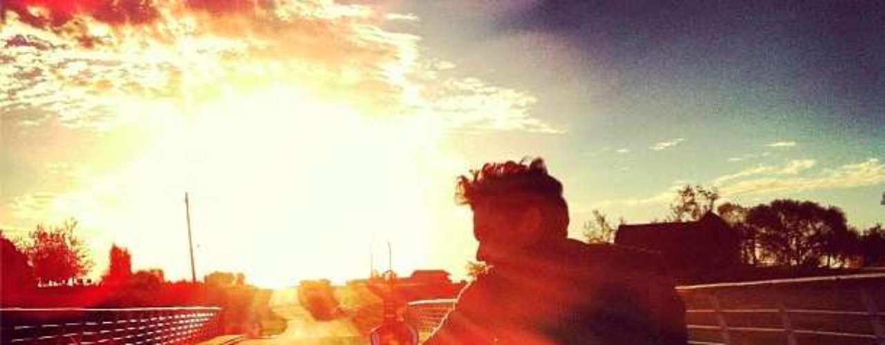 Aaron Diaz disfruta de una tarde soleada. Y las fanáticas de sus fotografias.