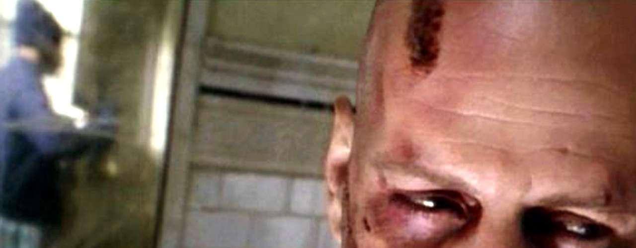 En el universo alterno de 'Doce Monos' (1995), la humanidad es arrasada por un mortífero y desconocido virus en 1996. Un hombre con un pasado misterioso (Bruce Willis) es enviado atrás en el tiempo para detectar el origen de la epidemia y, de paso, detener a los responsables.