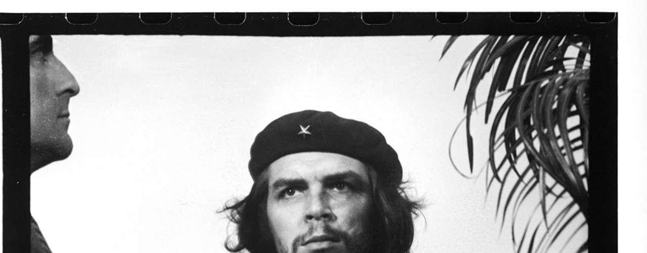 La imagen del Che Guevara, formalmente titulada Guerrillero Heroico por su autor Alberto Korda, cuando la tomó en marzo de 1960, se ha vuelto un emblema de la revolución en todo el mundo. Aunque no fue publicada hasta siete años después, ha sido nombrada \