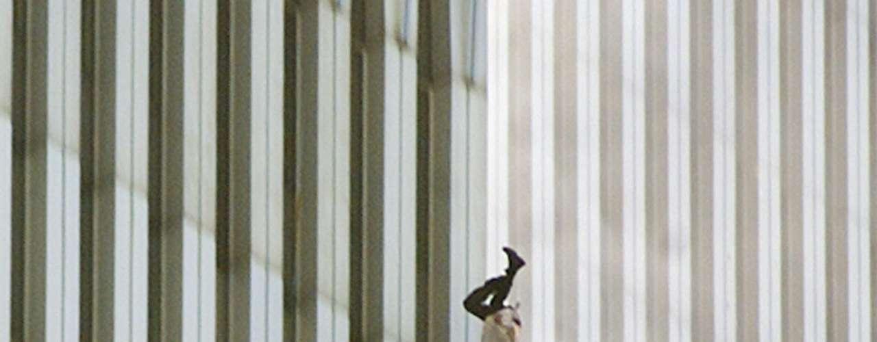 'The Falling Man' ('El Hombre que Cae') es el título de unafotografía tomada porRichard Drewdurante losatentados a las Torres Gemelas de Nueva York del11 de septiembrede2001. La imagen fue censurada por varios medios de comunicación pues consideraba que violaba la privacidad de la víctima al momento de su muerte pero también representa la desesperación de la gente ante el terrible incendio que se desató.
