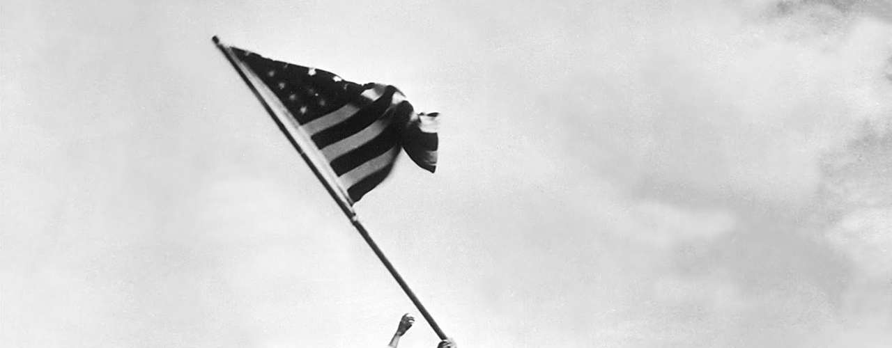 La batalla de la isla japonesa deIwo Jima, en febrero de 1945, (Segunda Guerra Mundial) encontró su momento de inmortalidad en la lente del estadounidenseJoe Rosenthal. La imagen muestra a un grupo de marinesclavando la bandera de EU en la cima del monteSuribachi, convirtiéndose en emblema de aquella guerra, y otorgándole al fotógrafo un Pulitzer.