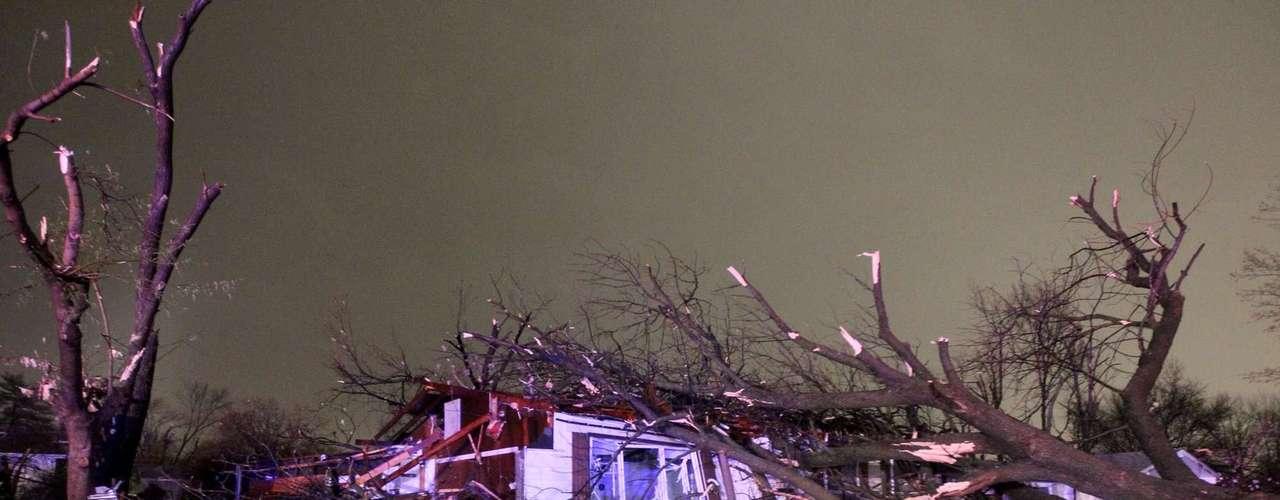 En Missouri y Arkansas, el miércoles la amenaza fueron los vientos peligrosos. Se reportó un tornado cerca de Botkinburg en el centro-norte de Arkansas, dijo John Robinson, meteorólogo coordinador de advertencias en la oficina del SMN en North Little Rock. Unas cuatro personas resultaron heridas. (Fuente: AP)