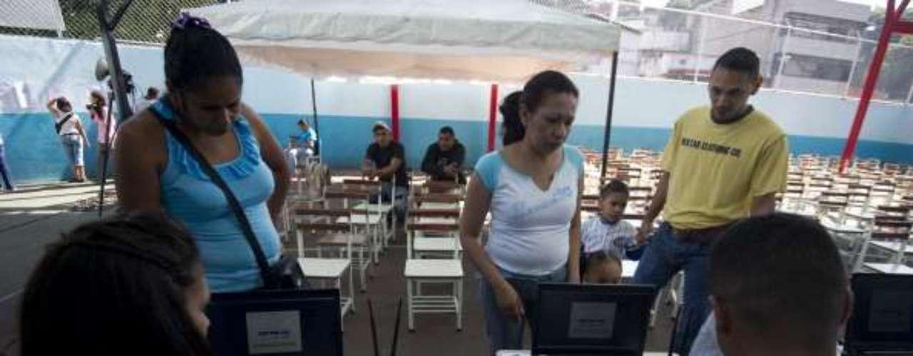 Personal de logística, entrenado por el CNE, estará disponible durante toda la jornada para atender a los electores y responder las dudas que se presenten en ellos durante el acto comicial. La verificación del número de documento de identidad encabeza la llamada herradura electoral, primer paso que los venezolanos realizarán antes de emitir su voto.