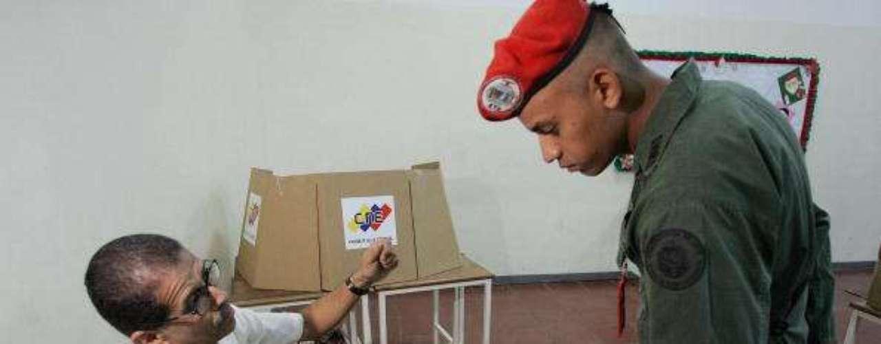 Los efectivos militares y miembros de mesa puedenser los primeros en ejercer su derecho al voto en los centros, para luego reincorporarse a sus funciones de resguardo del sistema y los electores el próximo domingo.